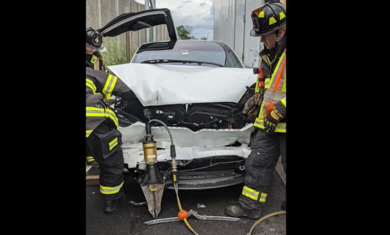 Avarijos metu neišsiskleidė Tesla Model X elektromobilio oro pagalvės (video)