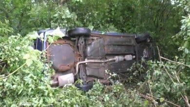 Girtas vairuotojas nuvažiavo nuo kelio, įlekė į mišką ir apsivertė