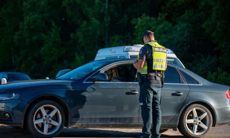 """Neblaivus """"Mercedes Benz"""" vairuotojas pamatęs pareigūnus kirto dvigubą ištisinę liniją, apsisuko ir pradėjo sprukti"""