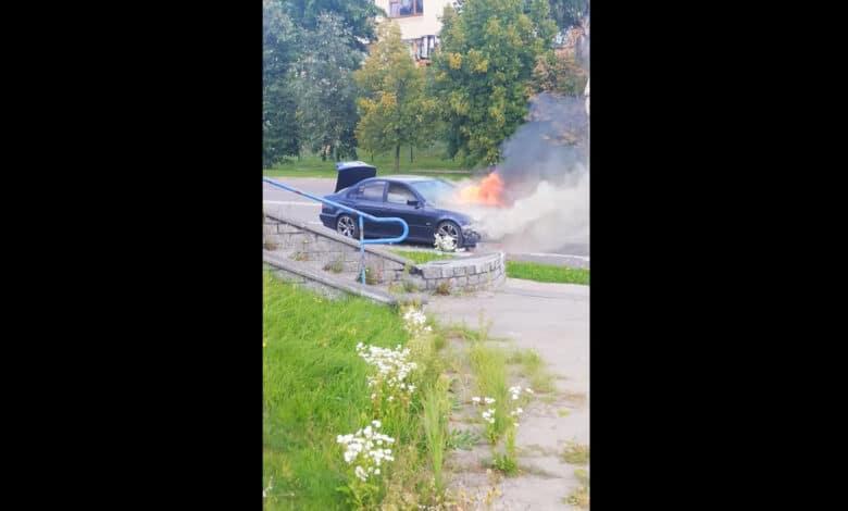 """Penktadienį Vilniuje užsiliepsnojo """"BMW"""" markės automobilis (video)"""
