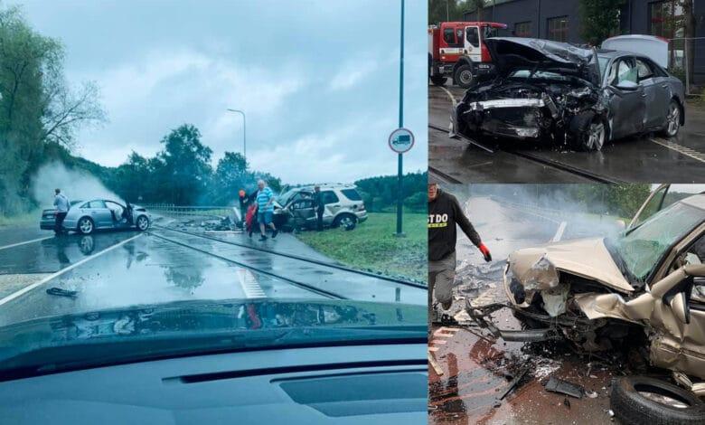 Po stipraus dviejų automobilių susidūrimo trys asmenys išgabenti į ligoninę (video)