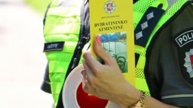 """Policijos pareigūnai tikrino dviratininkus ir uždavė """"namų darbų"""""""
