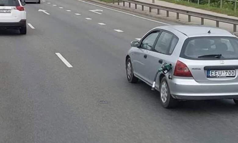 Soc. tinkluose internautų dėmesįpatraukė užfiksuota automobilio nuotrauka