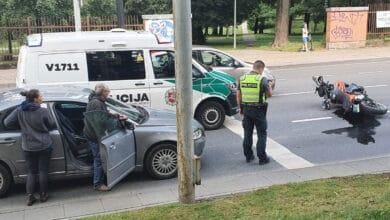 Vilniuje automobilis partrenkė prie sankryžos sustojusį motociklą
