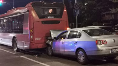 Vilniuje girtutėlis vairuotojas rėžėsi į autobusą (video)