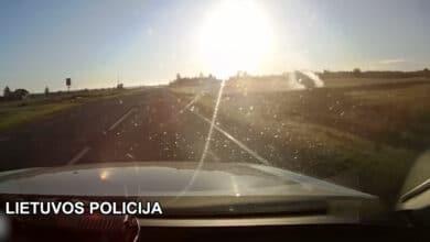 Girtas vairuotojas bandydamas išvengti reido spruko nuo pareigūnų, nuvažiavo nuo kelio ir kelis kartus vertėsi
