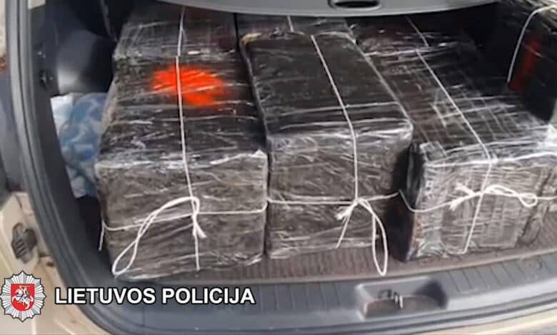 Kontrabandinius rūkalus gabenęs automobilis mėgino pasprukti nuo pareigūnų (video)