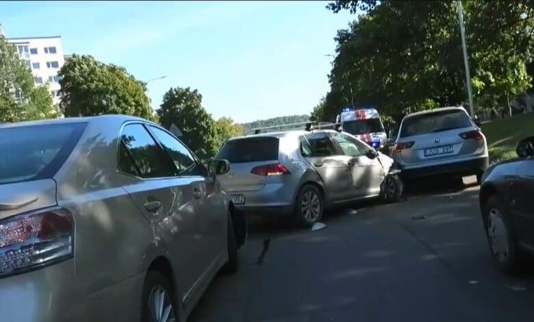 """Masinė avarija Vilniuje: """"VW"""" apgadino 6 automobilius ir užblokavo eismą"""