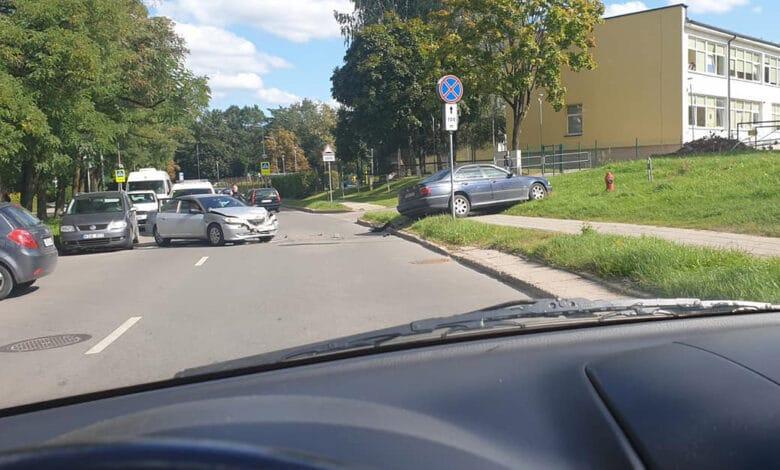 Patruliuojantys pareigūnai pastebėję eismo įvykį suskubo į pagalbą