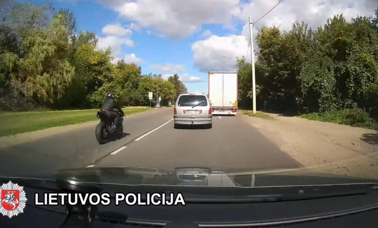 Prieš eismą važiavusį ir KET pažeidusį motociklo vairuotoją sulaikė pareigūnai (video)