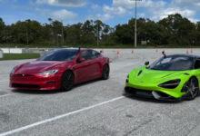 """""""Tesla Model S Plaid"""" ir """"McLaren 765LT"""": galutinės 1/4 mylios lenktynės"""