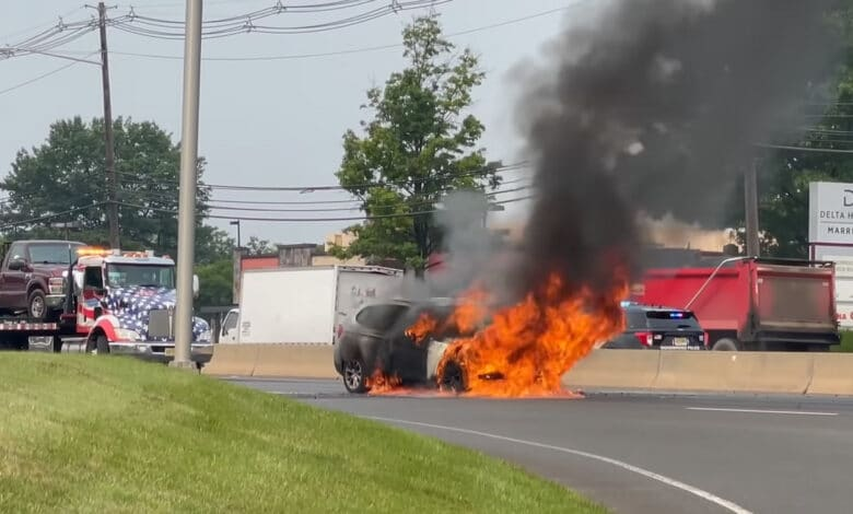 Tesla savininkas išgelbėjo degančio BMW vairuotoją (video)