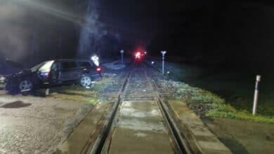 Automobilį geležinkelio pervažoje nubloškė lokomotyvas