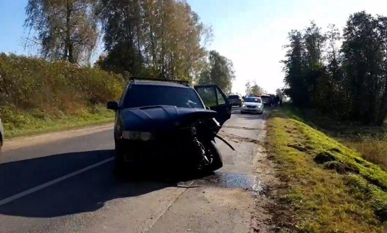 BMW išvažiavęs į priešpriešinę eismo juostą sukėlė avariją, sužeistas žmogus