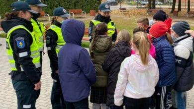 Europos saugaus eismo dieną policijos mokyklos kursantai priminė vaikams, kaip atsakingai elgtis kelyje