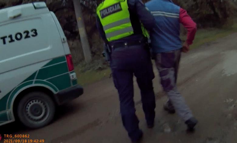 Neblaivus vairuotojas teigė, jog yra policijos pareigūnas ir reikalavo jį paleisti (video)