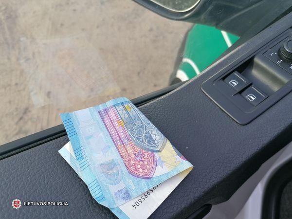 Vairuotojas, siūlydamas 20-ies eurų kyšį, bandė papirkti policijos pareigūnus